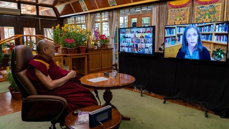 Susan Natali explicando sobre el derretimiento del permafrost en el ártico mientras Su Santidad el Dalái Lama observa por las pantallas durante su conversación sobre los bucles de retroalimentación climática desde su residencia en Dharamsala, HP, India, el 10 de enero de 2021. Foto de Ven Tenzin Jamphel