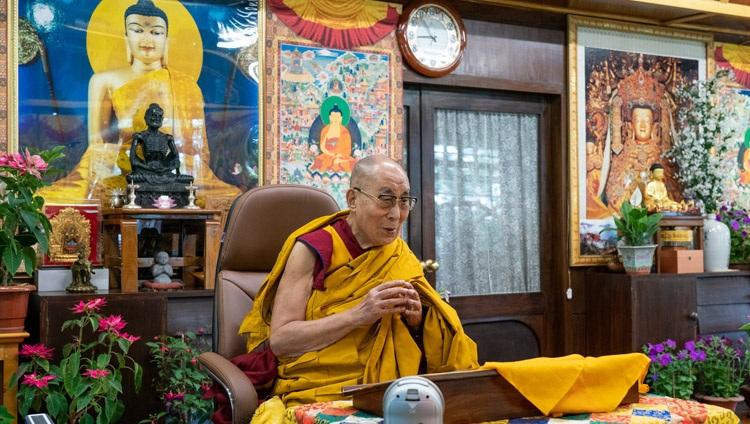 Su Santidad el Dalái Lama escucha el 'Sutra del corazón' que se recita en chino al comienzo de sus enseñanzas en línea desde su residencia en Dharamsala, HP, India, el 1 de mayo de 2021. Foto de Ven Tenzin Jamphel