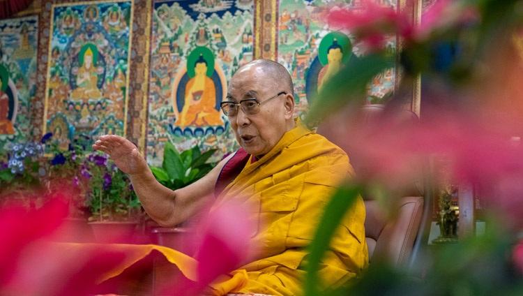 Su Santidad el Dalái Lama se dirigió a la audiencia en línea durante sus enseñanzas desde su residencia en Dharamsala, HP, India, el 1 de mayo de 2021. Foto de Ven Tenzin Jamphel