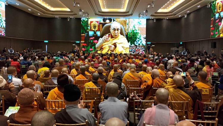 La audiencia en Taipei, Taiwán, observando a Su Santidad el Dalái Lama en pantallas gigantes durante su enseñanza en línea desde su residencia en Dharamsala, HP, India, el 1 de mayo de 2021. Foto de Ven Tenzin Jamphel