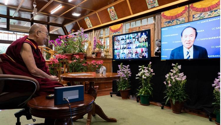 Henry Yang, rector de la Universidad de California, Santa Bárbara (UCSB), al presentar la conversación en línea con Su Santidad el Dalai Lama y Pico Iyer el 19 de mayo de 2021. Foto de Ven Tenzin Jamphel