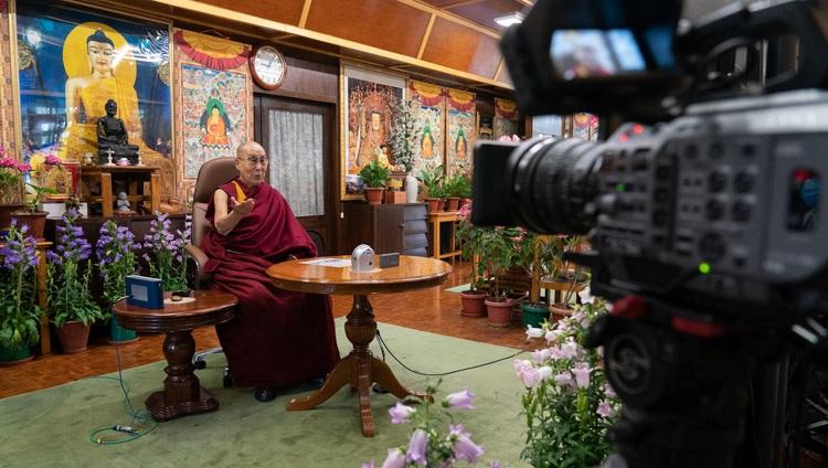 Su Santidad el Dalái Lama en conversación con Pico Iyer como el evento principal de la iniciativa de programación en línea Creando Esperanza de Artes y Conferencias de la Universidad de California en Santa Bárbara desde su residencia en Dharamsala, HP, India, el 19 de mayo de 2021. Foto de Ven Tenzin Jamphel