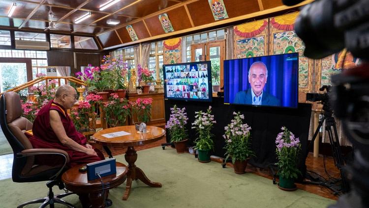 Su Santidad el Dalái Lama escuchando una pregunta formulada por Pico Iyer durante su conversación en línea desde su residencia en Dharamsala, HP, India, el 19 de mayo de 2021. Foto de Ven Tenzin Jamphel