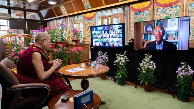 Micheal Drake, presidente de la Universidad de California, agradeciendo a Su Santidad el Dalái Lama al final de la conversación en línea con Pico Iyer desde su residencia en Dharamsala, HP, India, el 19 de mayo de 2021. Foto de Ven Tenzin Jamphel