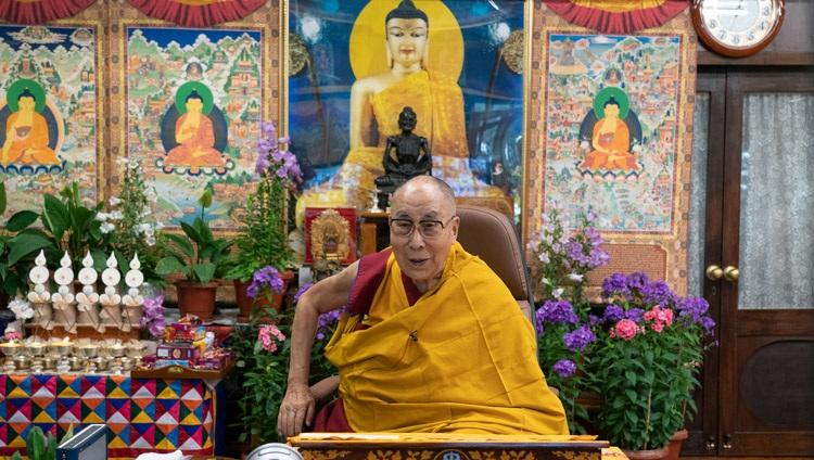 Su Santidad el Dalái Lama se dirigió a la audiencia en línea durante el primer día de sus enseñanzas para la juventud tibetana desde su residencia en Dharamsala, HP, India, el 1 de junio de 2021. Foto de Ven Tenzin Jamphel