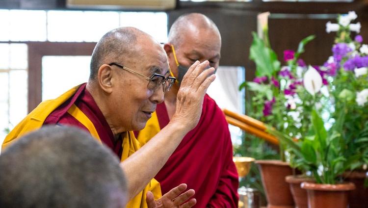 Su Santidad el Dalái Lama llega para el segundo día de sus enseñanzas en línea para jóvenes tibetanos a su residencia en Dharamsala, HP, India, el 2 de junio de 2021. Foto de Ven Tenzin Jamphel
