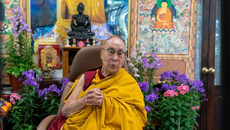 Su Santidad el Dalái Lama se dirigió a la audiencia virtual en el segundo día de sus enseñanzas en línea para jóvenes tibetanos en su residencia de Dharamsala, HP, India, el 2 de junio de 2021. Foto de Ven Tenzin Jamphel
