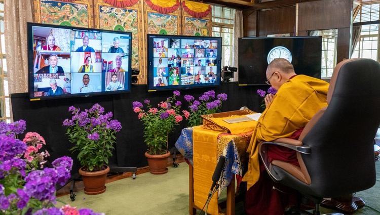 Estudiantes y educadores que participan en las enseñanzas en línea de Su Santidad el Dalái Lama para jóvenes tibetanos desde su residencia en Dharamsala, HP, India, el 2 de junio de 2021. Foto de Ven Tenzin Jamphel