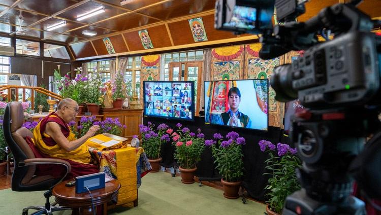 Su Santidad el Dalái Lama respondiendo a una pregunta de un miembro de la audiencia virtual en el segundo día de sus enseñanzas en línea para jóvenes tibetanos en su residencia en Dharamsala, HP, India, el 2 de junio de 2021. Foto de Ven Tenzin Jamphel