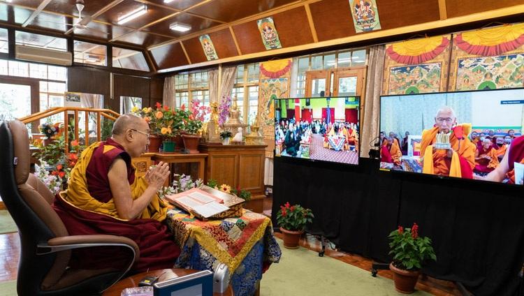 Thiksé Rinpoché haciendo una ofrenda de mandala en el Monasterio Thiksé en Ladakh al comienzo del segundo día de las enseñanzas de Su Santidad el Dalái Lama en línea desde su residencia en Dharamsala, HP, India, el 14 de julio de 2021. Foto de Ven Tenzin Jamphel