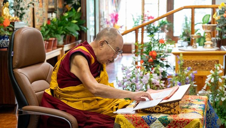 Su Santidad el Dalái Lama explica la 'Lámpara para el camino a la iluminación' de Atisha en el segundo día de sus enseñanzas en línea desde su residencia en Dharamsala, HP, India, el 14 de julio de 2021. Foto de Ven Tenzin Jamphel