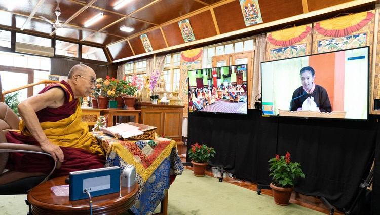 Un miembro de la audiencia reunida en el Monasterio Thiksé en Ladakh le hizo una pregunta a Su Santidad el Dalái Lama el segundo día de sus enseñanzas en línea desde su residencia en Dharamsala, HP, India, el 14 de julio de 2021. Foto de Ven Tenzin Jamphel
