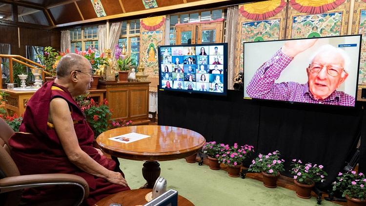 Lord Richard Layard, profesor de la London School of Economics y fundador de 'Action for Happiness', dando la bienvenida a Su Santidad el Dalái Lama a una conversación en línea sobre 'Creando un mundo más feliz' el 28 de julio de 2021. Foto de Ven Tenzin Jamphel