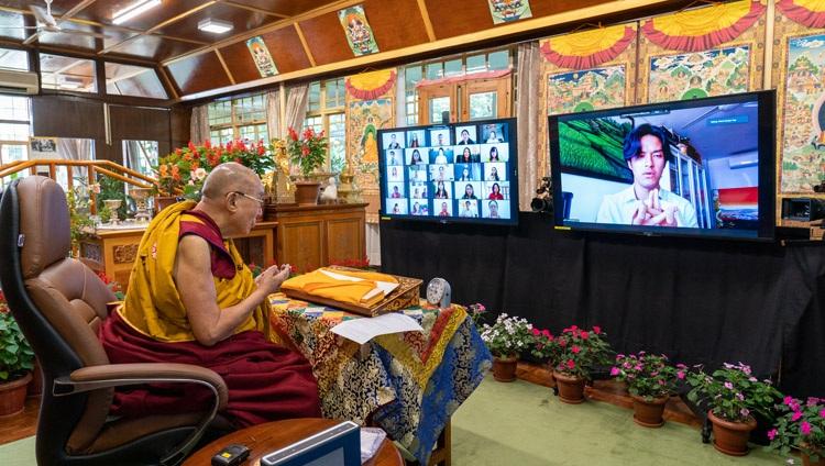 Un miembro de la audiencia virtual haciendo una ofrenda tradicional de mandala al comienzo de la conversación en línea de Su Santidad el Dalái Lama con estudiantes indonesios de su residencia en Dharamsala, HP, India, el 11 de agosto de 2021. Foto de Ven Tenzin Jamphel