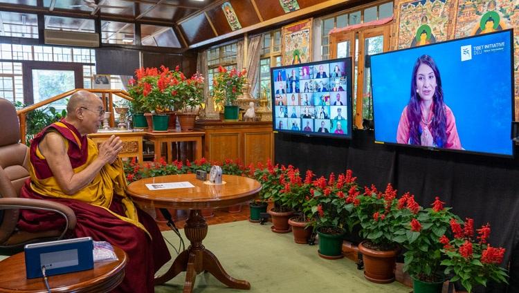 Tenzyn Zöchbauer, Director Ejecutivo de Tibet Initiative Deutschland, dando la bienvenida a Su Santidad el Dalái Lama a una conversación en línea desde su residencia en Dharamsala, HP, India sobre el tema 'La cultura tibetana y su potencial para contribuir a la paz' el 25 de agosto de 2021. Foto de Ven Tenzin Jamphel