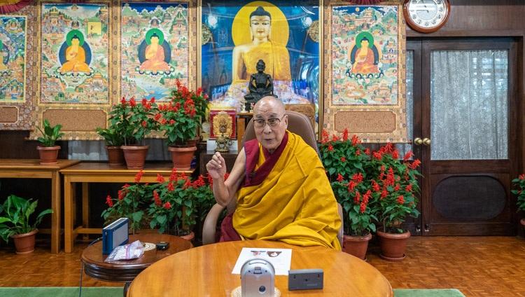 """达赖喇嘛尊者于 2021 年 8 月 25 日在他位于印度惠普达兰萨拉的住所在线发表了由德国西藏倡议组织组织的""""西藏文化及其对和平的贡献的潜力""""。摄影:Ven Tenzin Jamphel"""