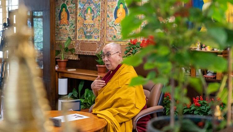 """达赖喇嘛尊者于 2021 年 8 月 25 日在印度惠普达兰萨拉的住所在线就""""西藏文化及其对和平做出贡献的潜力""""的对话中回答了虚拟观众的问题。摄影:Ven Tenzin Jamphel"""