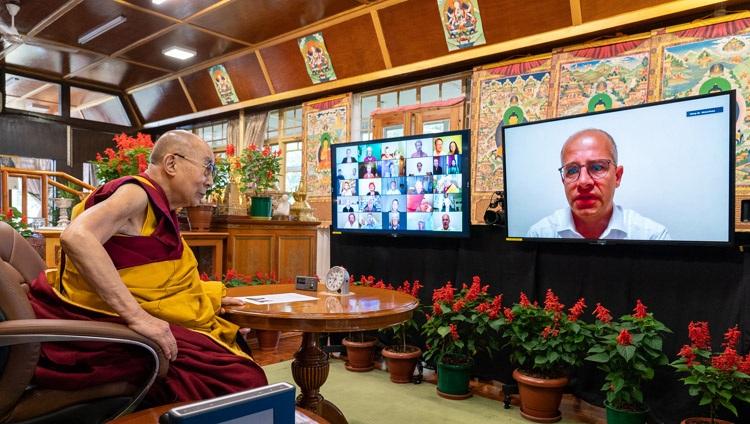"""2021 年 8 月 25 日,在达赖喇嘛尊者的在线谈话中,西藏支持者的一名虚拟观众在他位于印度惠普达兰萨拉的住所就""""西藏文化及其对和平做出贡献的潜力""""的谈话中向他提出了一个问题。摄影:文丹增詹菲尔"""