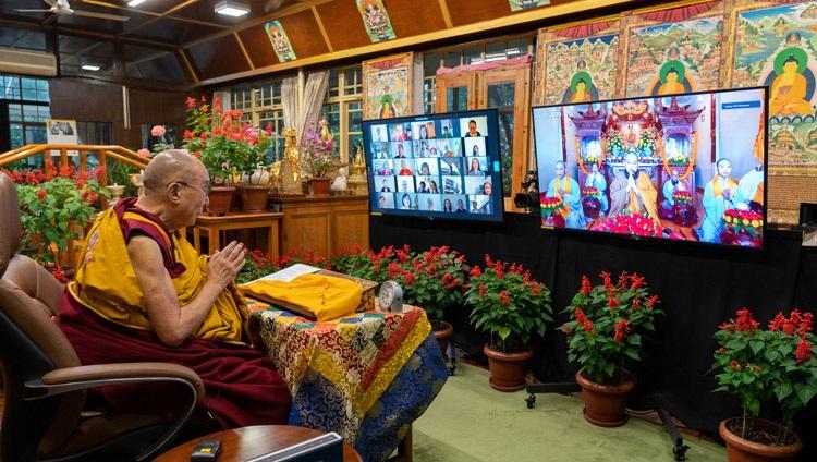 Monjes y monjas del templo Quan Am Cac, Vietnam, cantando el 'Sutra del corazón' en vietnamita al comienzo de la enseñanza en línea de Su Santidad el Dalái Lama desde su residencia en Dharamsala, HP, India, el 8 de septiembre de 2021. Foto de Ven Tenzin Jamphel