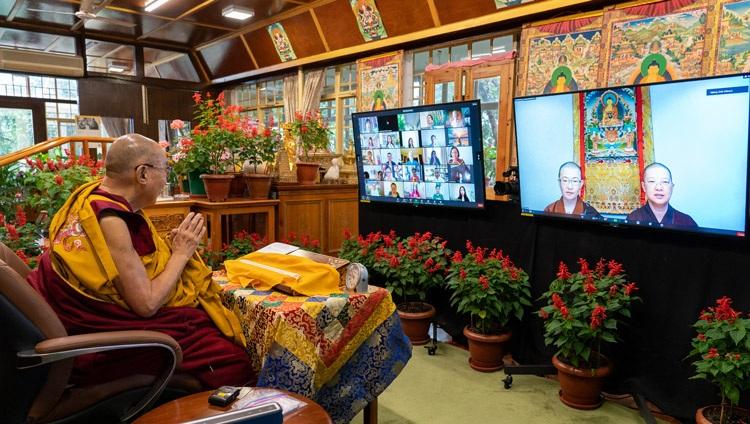 Monjas en Pao Kwan Foh Tang, Singapur, cantando el 'Sutra del corazón' en chino al comienzo del segundo día de las enseñanzas de Su Santidad el Dalái Lama en línea desde su residencia en Dharamsala, HP, India, el 9 de septiembre de 2021. Foto de Ven Tenzin Jamphel
