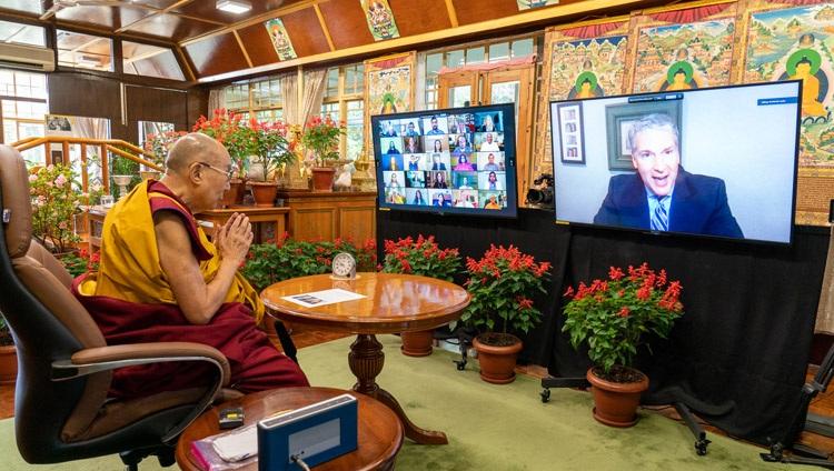 El Dr. Patrick Leahy, Presidente de la Universidad de Monmouth, Nueva Jersey, da la bienvenida a Su Santidad el Dalái Lama al inicio de su conversación por internet sobre la interconexión de la felicidad, la salud, el bienestar y el futuro de la Tierra, el 22 de septiembre de 2021. Foto de Ven Tenzin Jamphel