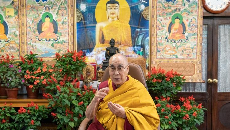 Su Santidad el Dalái Lama hablando sobre la interconexión de la felicidad, la salud, el bienestar y el futuro de la tierra durante su conversación por internet con estudiantes y profesores de la Universidad de Monmouth desde su residencia en Dharamsala, HP, India, el 22 de septiembre de 2021. Foto de Ven Tenzin Jamphel