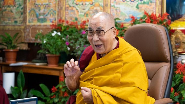 Su Santidad el Dalái Lama disfrutando de un momento distendido durante su conversación por internet con estudiantes y profesores de la Universidad de Monmouth en su residencia de Dharamsala, HP, India, el 22 de septiembre de 2021. Foto de Ven Tenzin Jamphel
