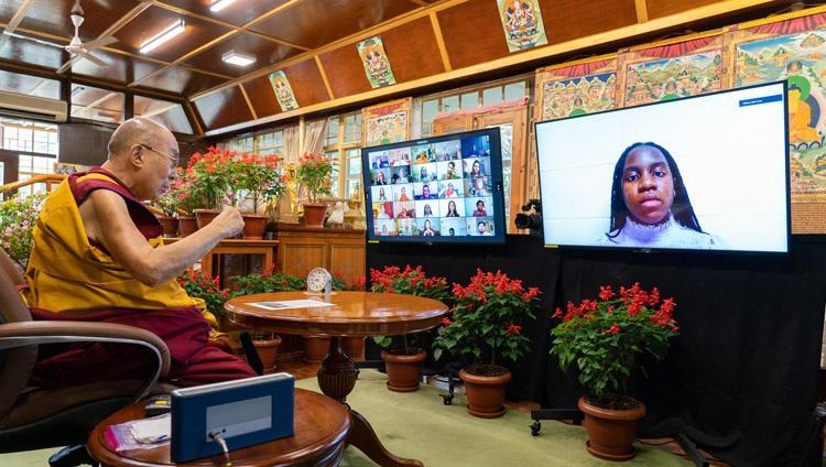Su Santidad el Dalái Lama respondiendo a una pregunta de una persona del público virtual de estudiantes y profesores de la Universidad de Monmouth desde su residencia en Dharamsala, HP, India, el 22 de septiembre de 2021. Foto de Ven Tenzin Jamphel