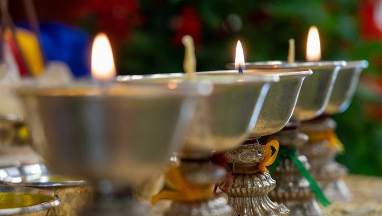 Lámparas de mantequilla dispuestas como ofrendas detrás de Su Santidad el Dalái Lama durante el segundo día de sus dos días de enseñanza por internet desde su residencia en Dharamsala, HP, India, el 10 de octubre de 2021. Foto de Ven Tenzin Jamphel