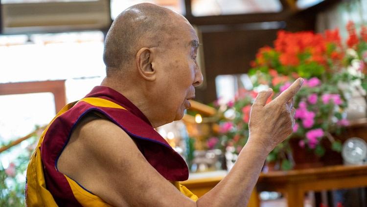 Su Santidad el Dalái Lama responde a las preguntas de la audiencia virtual en el segundo día de su enseñanza por internet desde su residencia en Dharamsala, HP, India, el 10 de octubre de 2021. Foto de Ven Tenzin Jamphel
