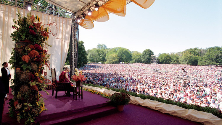 The Dalai Lama speaking about peace and inner happiness to a crowd of 60,000 in Central Park, New York City, USA on September 21, 2003. (Photo by Manuel Bauer