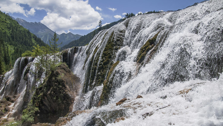 The Pearl Shoal Waterfall in the Jiuzhai Valley, Tibet. (Photo courtesy Liason Office of HHDL Japan)