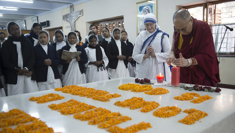 His Holiness the Dalai Lama lighting a candle at the tomb of Mother Teresa during his visit to Mother Teresa's House in Kolkata, West Bengal, India on January 12, 2015. (Photo by Tenzin Choejor/OHHDL)