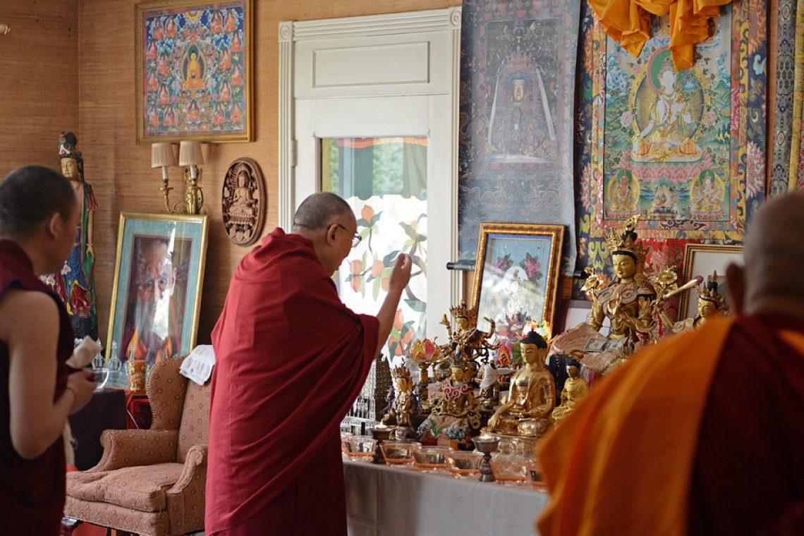 Надул голые буддистки в храме