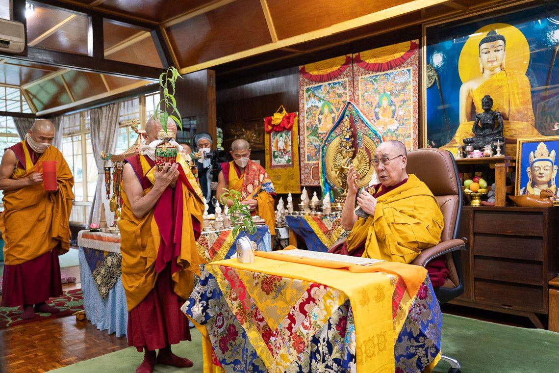 O Dalai Lama em transmissão ao vivo de Dharamsala, India.